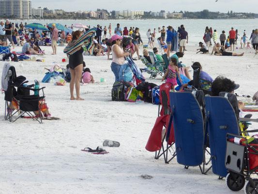 Voller Strand am ersten Weihnachtstag am Siesta Key