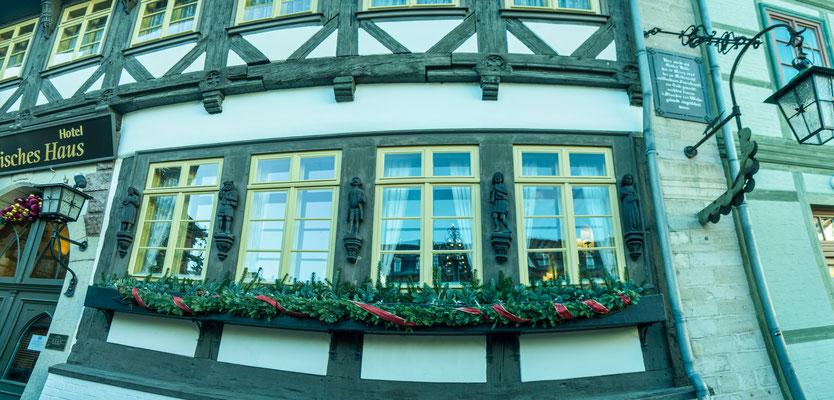 Bild: Gotisches Haus in Wernigerode im Harz - Fensterfront