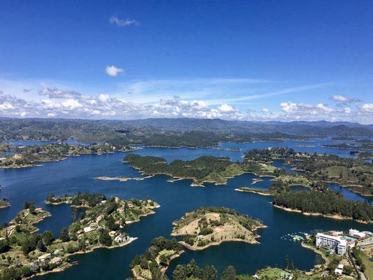 Bild: Blick auf den riesigen Stausee von Guatapé