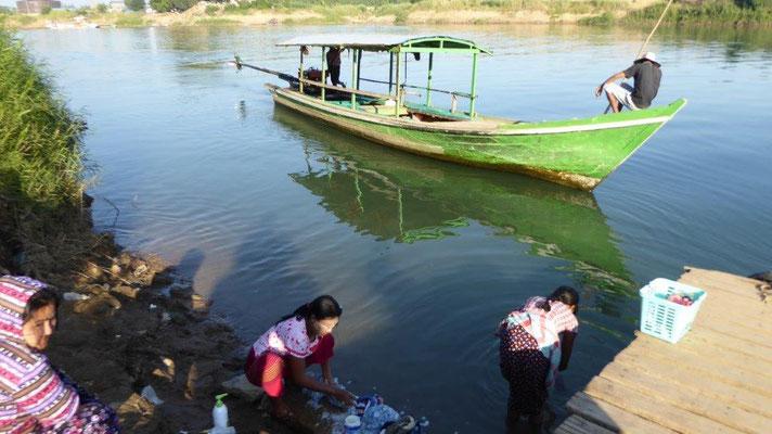 Bild: Frau wäscht ihre Wäsche im Fluss in Myanmar