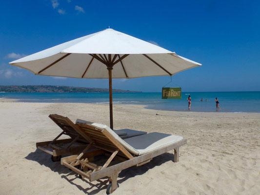 Bild: Liege mit Sonnenschirm am Strand von Jimbaran