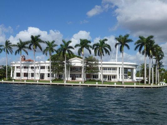 Bild: Riesige Villa am Kanal