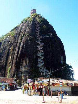 Bild: Aufstiegsstein mit der herrlichen Aussicht