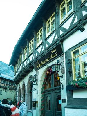 Bild: Gotisches Haus in Wernigerode im Harz - Seitenansicht mit Eingang