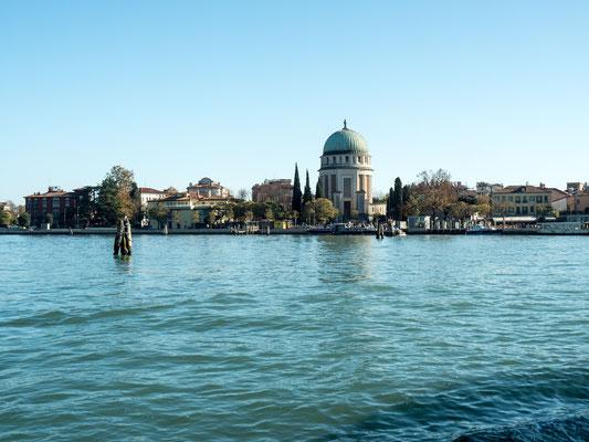 Bild: Blick von der Wasserseite auf die Insel Lido di Venezia