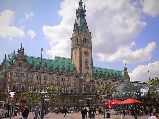 Bild: Frontansicht des Rathauses