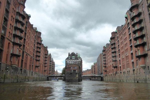 Bild: Die Speicherstadt mit Blick auf das Wasserschloss