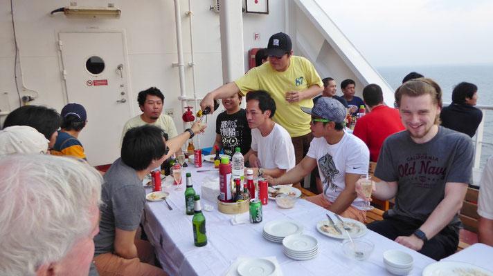Bild: Die gesellige Runde auf unserem Segelschiff