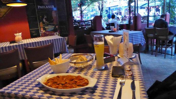 Bild: Deutsches Restaurant in Japan Alor mit Pommes Frites, Curry Wurst und Bier