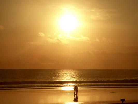 Bild: Sonnenuntergang am Strand von Seminyak auf Bali