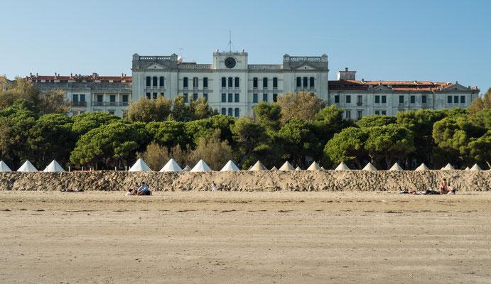 Bild: Blick vom Strand auf die Gebäude der Insel Lido di Venezia