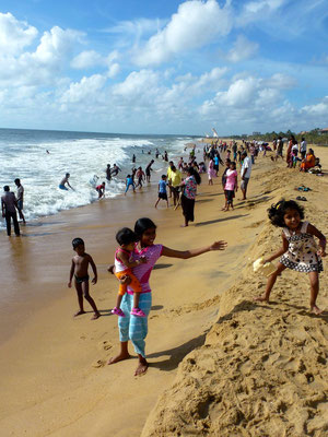 Bild: Negombo Beach Strand - spielende Kinder im Sand