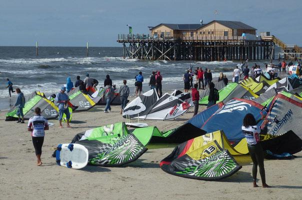 Bild: Kites am Strand von St. Peter-Ording