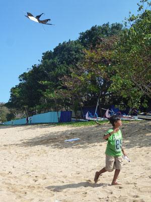 Bild: Kleiner Balinese lässt seinen Drachen steigen