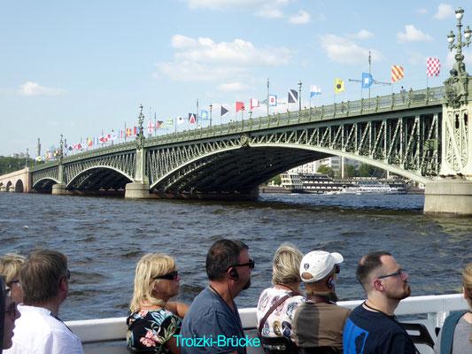 Bild: Die Trotzki Brücke in St. Petersburg