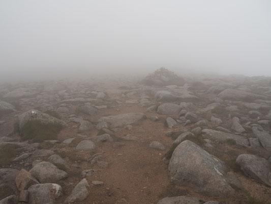 Bild: alle 30 Meter ein Steinhaufen als Wegmarkierung