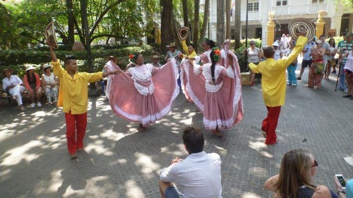 Bild: Tanz auf dem Plaza de Bolivar in Kolumbien - Foto 4