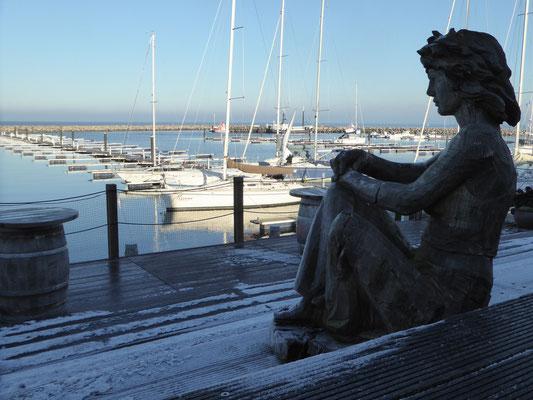 Bild: Eine Statue blickt auf den Jachthafen