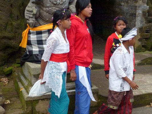 Bild: Balinasen gehen zur Goa Gajah auf Bali