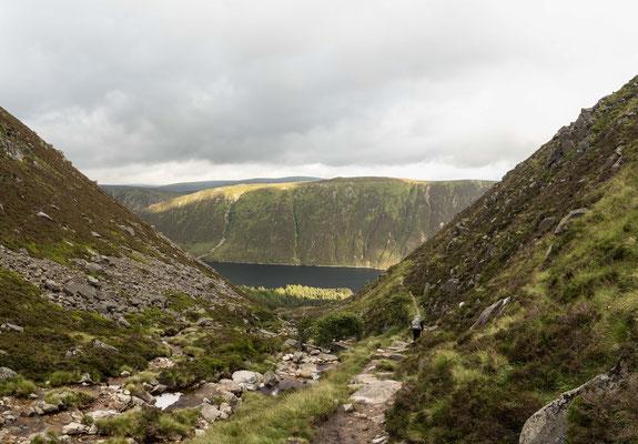 Blick: unten liegt Loch Muick