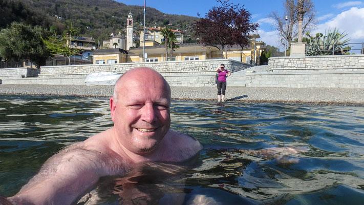 Bild: Thomas nimmt ein Bad im 12 Grad kalten Wasser