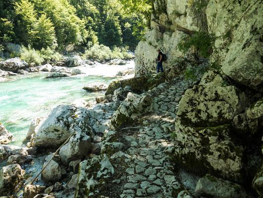 Bild: Weg am reißenden Fluss