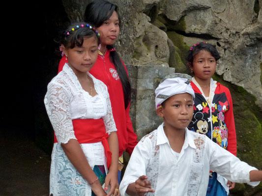 Bild: Besucher der Goa Gajah auf Bali