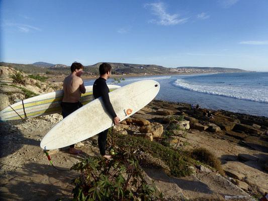 2 Surfer am Strand