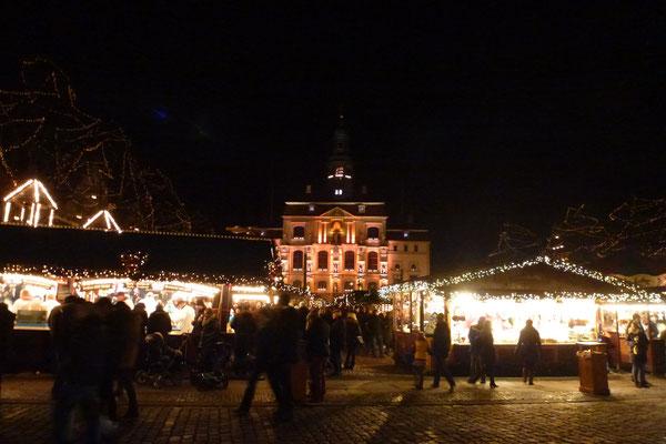 Marktplatz mit Blick auf das Rathaus zur Weihnachtszeit