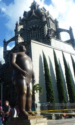 """Bild: Botero Plaza, """"Der Mann"""""""
