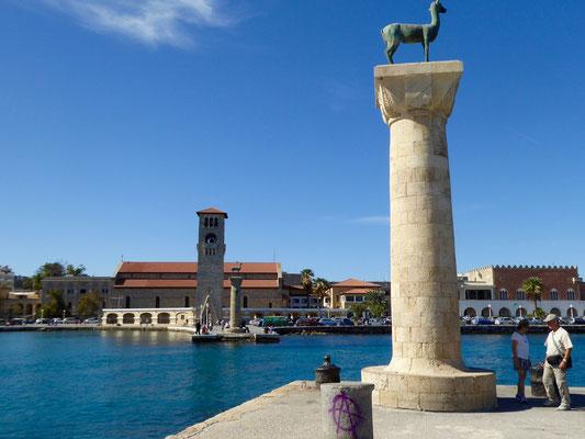 Die Hafeneinfahrt von Rhodos-Stadt