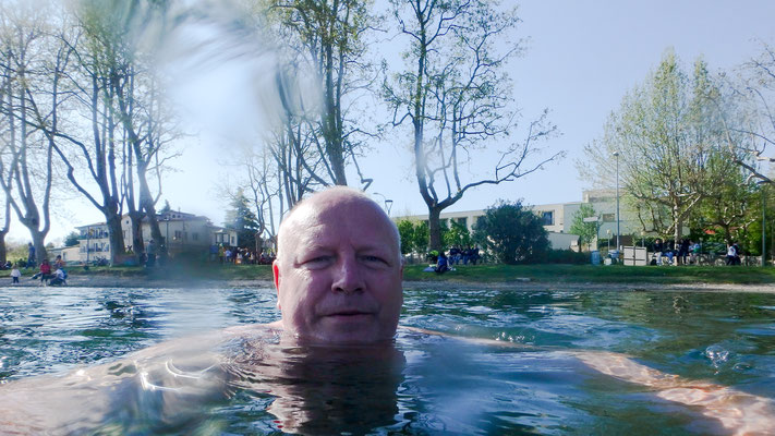 Bild: Thomas genießt das Bad im Lago di Varese