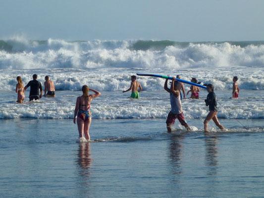 Bild: Badende und Surfer am Stand von Seminyak