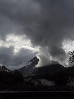 Bild: Schwarze Wolken hängen in den Berggipfeln