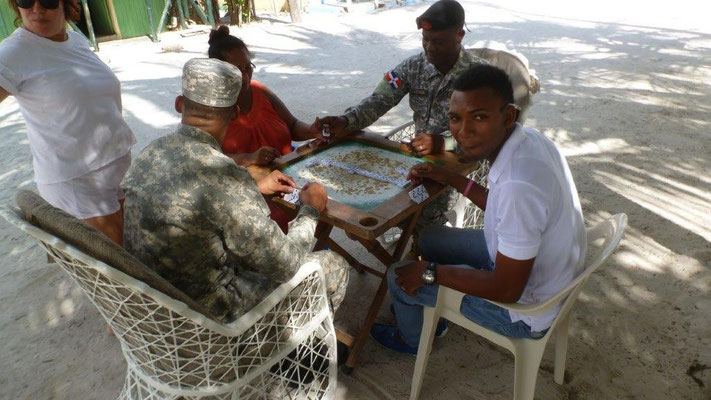 Bild: Einheimische beim Brettspiel am Strand