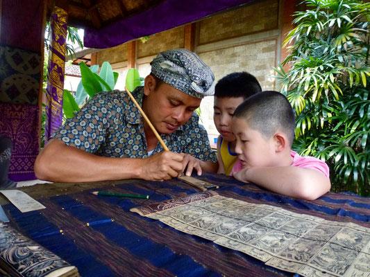 Bild: Kinder schauen dem Maler bei seiner Arbeit zu