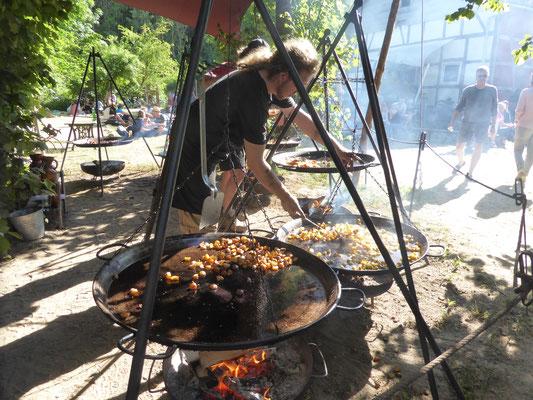 Große dreibeinige Feuergrills sorgen für das leibliche Wohl