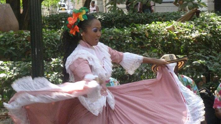 Bild: Tanz auf dem Plaza de Bolivar in Kolumbien - Foto 2