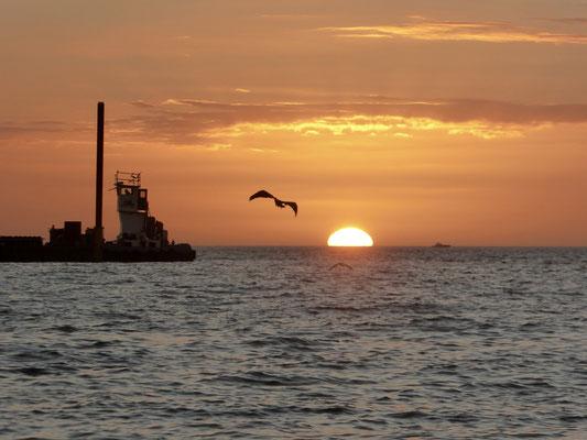 Bild: Sonnenuntergang am Strand von Naples