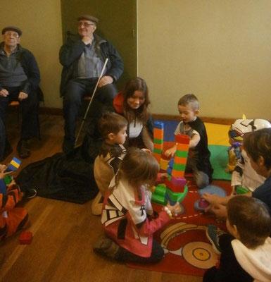 un espace lego pour les plus petits sous l'oeil vigilant des anciens..