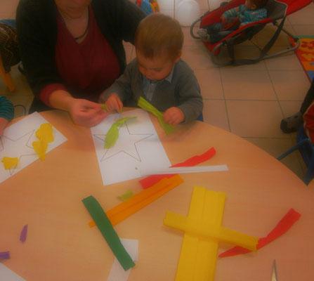 des étoiles colorées en papier crépon