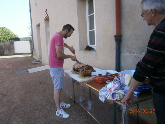 Enfin, une fois cuit, couper nos 2 beaux jambons, merci Damien et Rolland