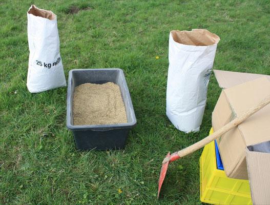 Das Saatgut wird zur Aussat mit Sand oder Sojaschrot gemischt