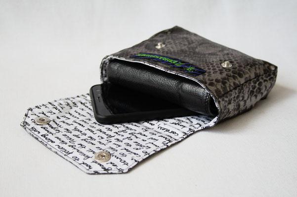 Neue Beinstulpen und Gürteltaschen - Reptilmuster silber - Zebraspider DIY Anti-Fashion Blog