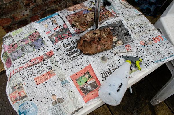 Umfärben mal anders - Zeitungspapier nicht vergessen - Zebraspider DIY Anti-Fashion Blog
