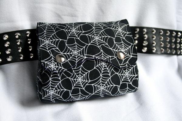 Stoffmuster selbst drucken - Spinnennetz Gürteltasche - Zebraspider DIY Anti-Fashion Blog