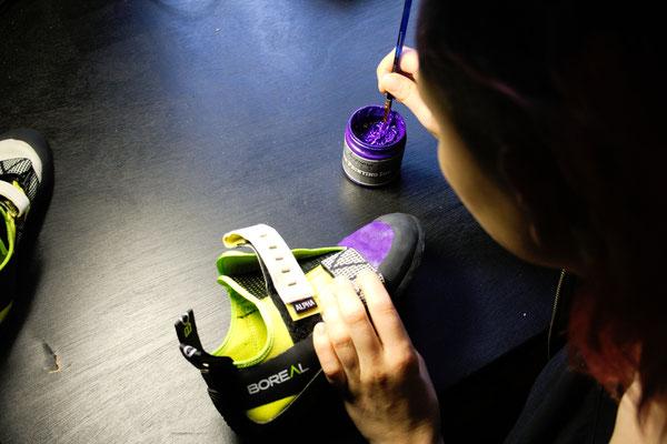 Was tun mit hässlichen Sportschuhen? - Kletterschuhe lila anmalen - Zebraspider DIY Anti-Fashion Blog