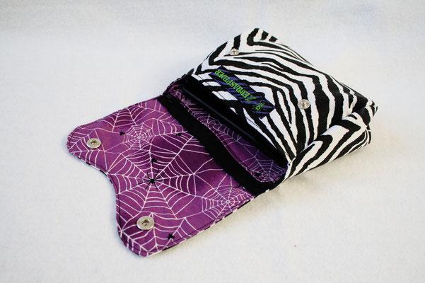 Neue Beinstulpen und Gürteltaschen - Zebra und lila Spinnennetz - Zebraspider DIY Anti-Fashion Blog