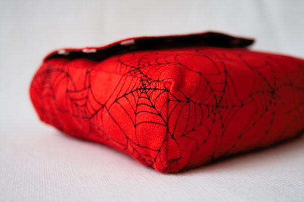 Neue Beinstulpen und Gürteltaschen - Spinnennetz rot - Zebraspider DIY Anti-Fashion Blog
