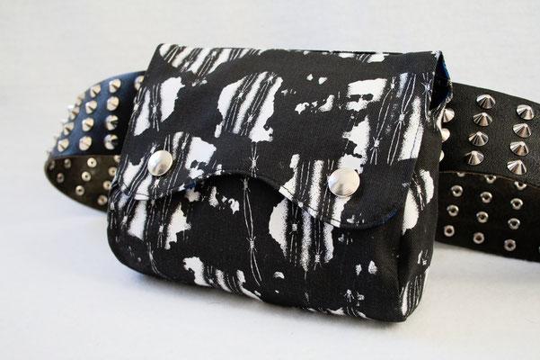 Neue Beinstulpen und Gürteltaschen - Stacheldraht und blaue Streifen - Zebraspider DIY Anti-Fashion Blog